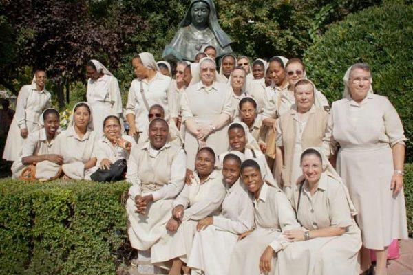 Hermanas-de-diferentes-lugares-en-la-fiesta-de-Monachil-a-Madre-Trinidad