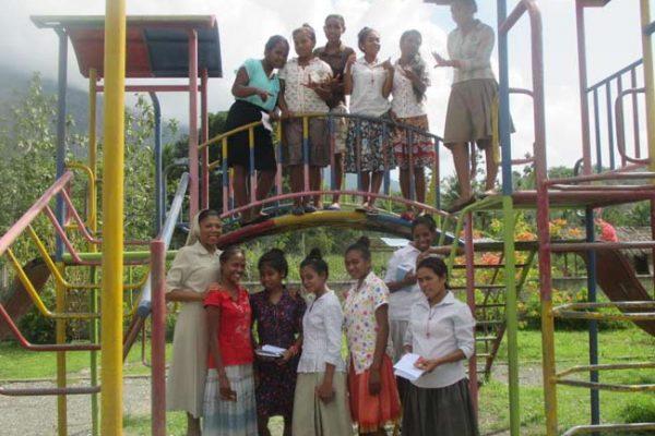 Ir-Eloisa-con-un-grupo-de-jovenes-timorenses