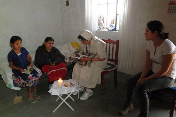 LLevando la comunión a la una ancianita